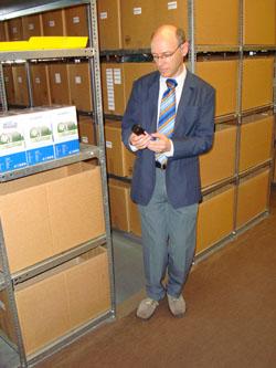 Im Lager der Firma AS Ulm Der Pflegedoktor mit Inhaber Achim Schmid
